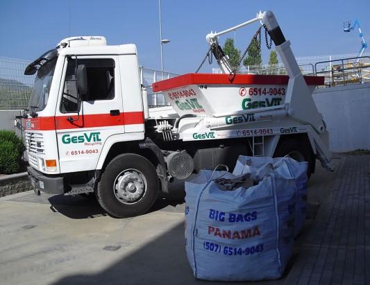 Camión cadenas porta contenedores de GesVil en Panamá